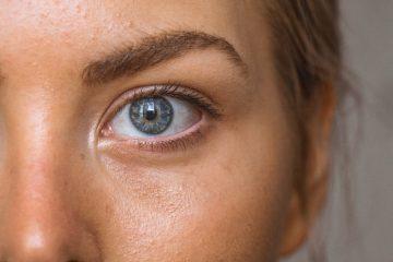 Blond tjej med blåa ögon