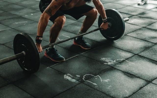 Man som styrketränar på gymmet